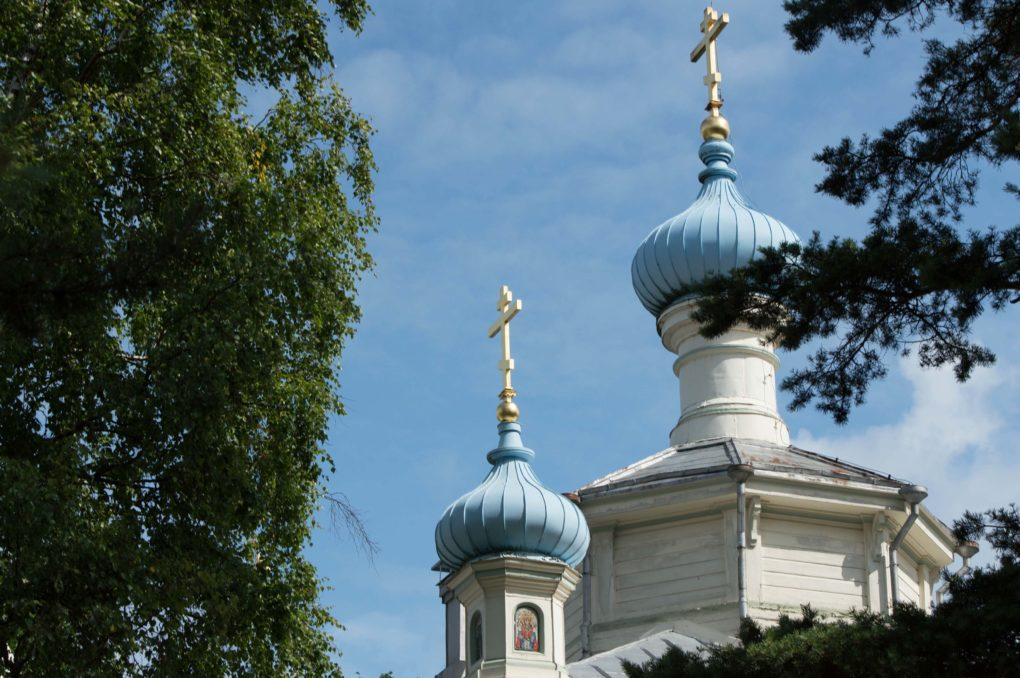 Hangon kirkon kaksi liekkikupolia risteineen.