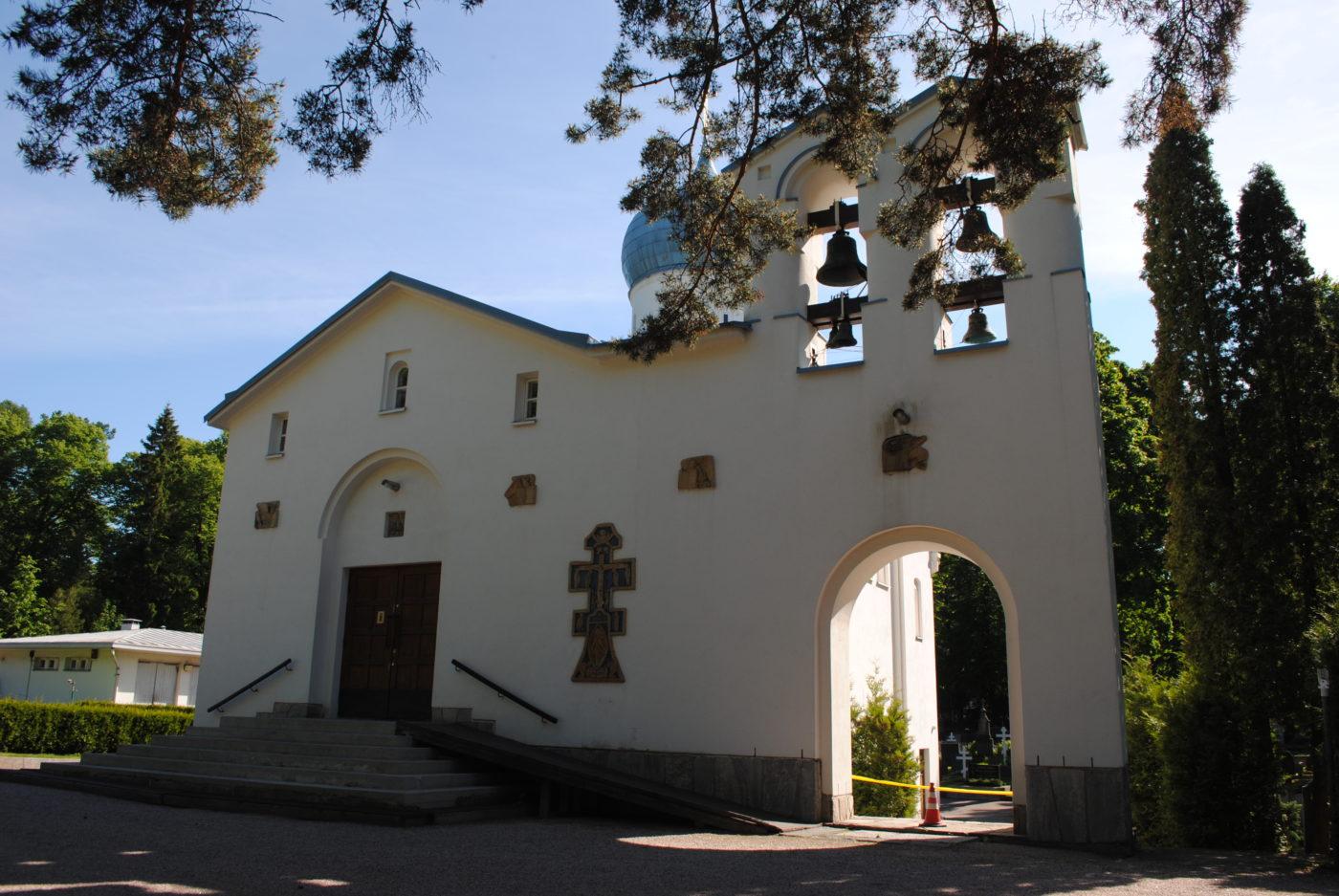 Vaalea kirkko kellotpauleineen